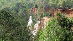 Ein Wanderweg geht durch den Canyon