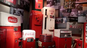 Coca Cola Automaten vergangener Jahre.