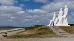 In Esbjerg schauen die 9 Meter hohen Männer über das Meer.